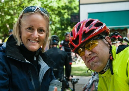 En positiv medlem av serviceteamet peppar en trött cyklistpappa