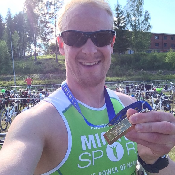 Grymt nöjd Johan med snyggaste medaljen i samlingen!