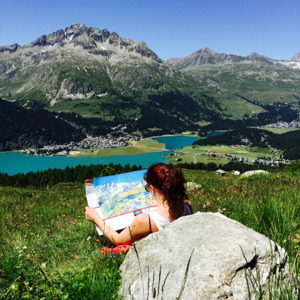 Anna läser karta och funderar på var vi ska springa dagen efter. Utsikt mot Engadin