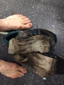 Fötter, skor och strumpor efter 48 kilometer lervälling och tio älv-/bäckpassager. Foto: Jonas Brännmyr
