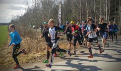 Starten har precis gått. Killen i blått, Johan Carlsson ledde alltså loppet från start till mål. Hade tiden 2.05.53 på nästan tre mil terränglöpning..