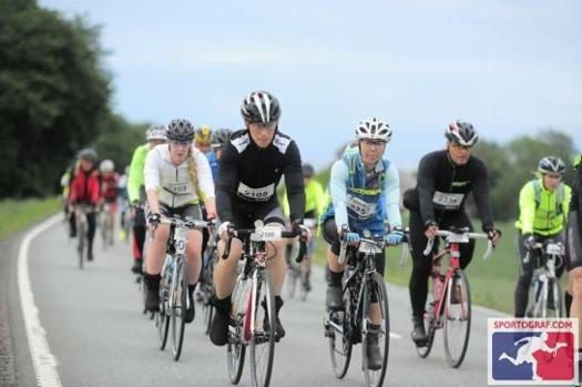 The key to success är att räcka ut tungan när man cyklar;) Vi håller ihop vår lilla miniklunga bland alla andra cyklister. Bredvid mig cyklar Johan, bakom honom Jossan och Lotta skymtar bakom dem.