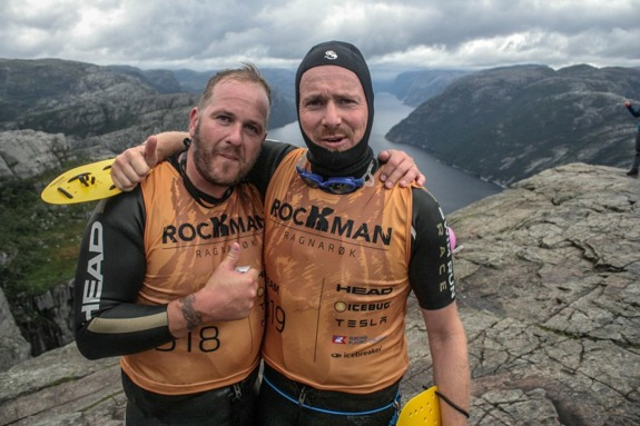 Två blivande Rockmen på Preikesstolen. Foto: The Rockman Swimrun crew