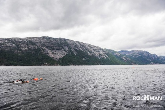 Fjordsimningar är kalla och oförutsägbara. Inte för den otränade. Foto: Matti Rapila Andersson