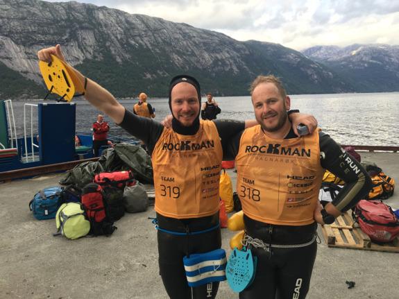 Två mycket glada Rockman Swimrun finishers. Vilket lopp och vilken känsla att ha genomfört det här. Foto: En tysk snubbe med min iPhone 6S Plus… Tack kompis!