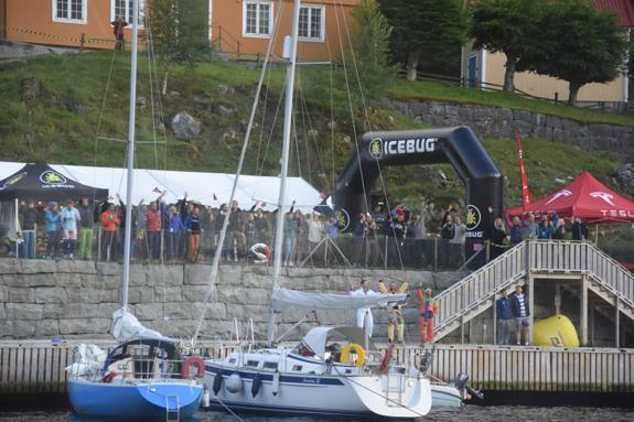 De fantastiska Rockman Swimrun arrangörerna och funktionärerna vinkar av oss trötta swimrunners när vi lämnar Flørli för den här gången.