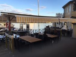 Bord/stolar och markiser på bryggdäck