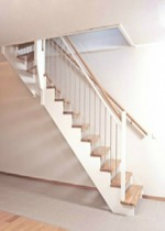 """Öppen L-trappa med steg och handledare i mattlackad ek. Övrigt i vitmålad furu. Underliggande vangstycken. Räcke """"Ballade med spjäla nr: 11 i rostfritt stål."""