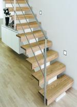 Rak Balktrappa med steg i klarlackad ek och med vitmålad balk. Räcke 2 i rostfritt stål.