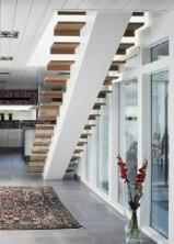 Rak Balktrappa med steg i klarlackad ek och vitmålad balk.