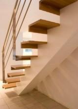 Rak Balktrappa med steg i klarlackad ek och vitmålad balk. Räcke 2 i rostfritt stål.