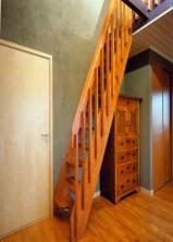 """Öppen Spartrappa med fjärilsformade steg i laserad furu. Räcke """"Jazz""""."""
