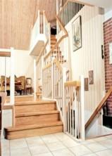 """Tät trappa med steg, sättsteg och handledare i mattlackad ek. Övrigt i vitmålad furu. Blocksteg. Räcke """"Pop"""", med spjäla nr: 4."""