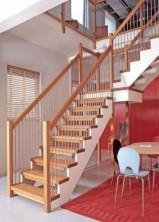 """Öppen L-trappa med vilpan, steg, handledare och stolpar i mattlackad ek. Underliggande vangstycken i vitmålad furu. Räcke """"Pop"""", med spjäla nr: 11 i rostfritt stål."""