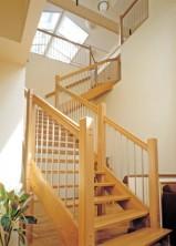 """Öppen L-trappa i klarlackad ek. Blocksteg och profilframkant. Räcke """"Rock"""", med spjäla nr: 11 i rostfritt stål."""