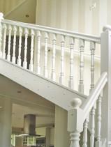 """Tät, vitmålad L-trappa, med svarvade  stolpar och ståndare. Räcke """"Opera""""."""