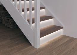 Beroende på modell och konstruktion av trappan kan den förses med integrerad belysning. Här visas exempel på belysning infälld i trappnos.
