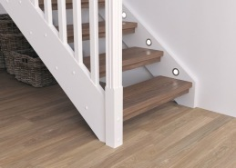 Beroende på modell och konstruktion av trappan kan den förses med integrerad belysning. För trappor med sidovang kan belysning fällas in i vangstycket för att belysa stegen. På bilden är det runda lampor, men det finns även fyrkantiga.