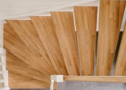 """Det vanligaste i våra trappor är att det är helstav, men man kan också välja de flesta av träslagen i kortstav om man önskar en lite mer """"levande"""" trappa."""
