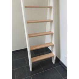 Stege upp till ett sovloft, och en lämplig trappa när det är brant och ont om plats.