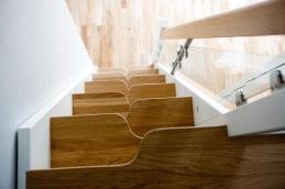 En spartrappa kan vara lämplig att ha upp till ett sovloft när det är brant och ont om plats, och här är stegen ursågade, så man får ta rätt fot på rätt steg.