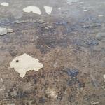 Asbest i svartlim under golvmatta