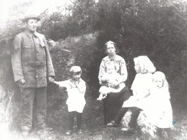 Gammelmorfar Carl Pettersson på Djäknegården i Åsa