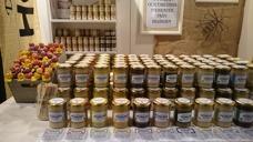 Djäknegårdens honung - Smaksatt honung uppradad i väntan på mässbesökare