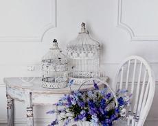 Måla möbler med Vintage Chalk Paint för en sliten Shabby Chic stil. Photo © Andrii Muzyka
