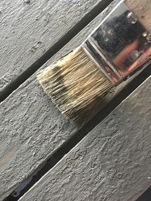 När färgen är nästan torr, använd en torr och grov pensel (naturborst) till att borsta ytan för att avlägsna eventuella lösa gryn.