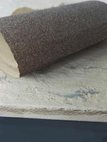 Låt torka helt och lipa sedan ner upphöjningar i ytan med sandpapper så att underliggande struktur och färg framträder. En slipmaskin underlättar arbetet.