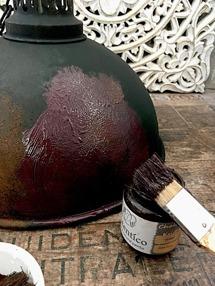 Lägg på ett tjockt lager med färg i nyansen Darkest of Rust eller Nocturnal.