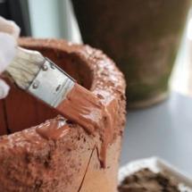 Lägg på ytterligare ett lager färg för att försegla sanden ordentligt.