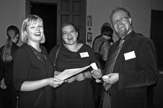 Johanna Jakomaa, Hanna-Kaisa Melaranta och Teemu Ahola under seminariets kvällsfest. Bild: TAKO.