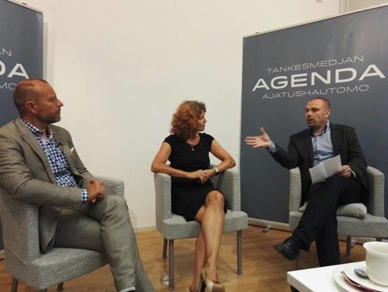 Peter Fellman ja Heidi Avellan osallistuivat ajatushautomo Agendan mediakeskusteluun, jota johti Agendan toiminnanjohtaja Mattias Fagerholm. Kuva: Agenda / Svenska bildningsförbundet.