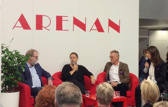 Jarmo Lainio, Maria Wetterstrand, Henrik Meinander ja keskustelua johtanut Lotta Hoppu Sisuradiosta. Kuva: Folktinget.