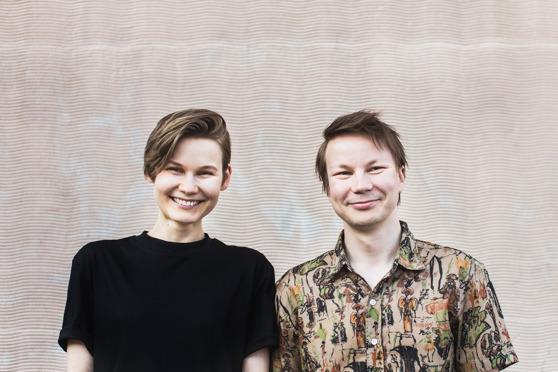 Katri Koivula fick idén till sajten Sano se saameksi under en kväll med Niillas Holmberg. Koivula har stått för produktionen och Holmberg för översättningarna. Foto: Annukka Pakarinen.