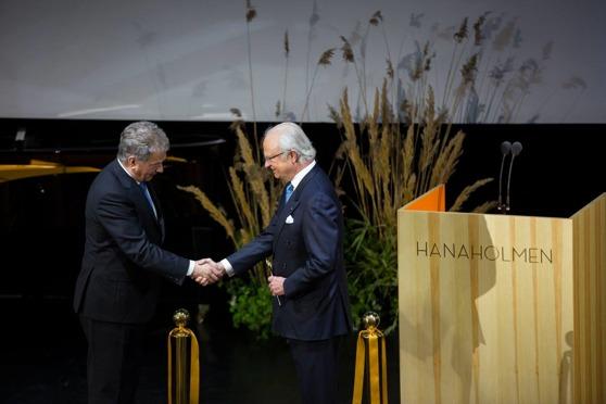 Presidentti Sauli Niinistö ja kuningas Kaarle XVI Kustaa Hanasaaressa, jossa Ruotsi antoi virallisen lahjansa Suomelle. Kuva: Hanasaari.