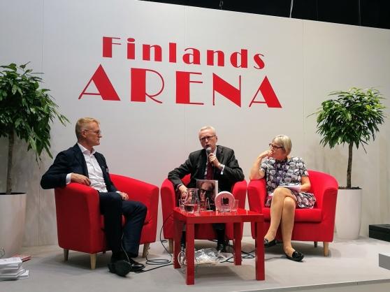 Henrik Meinander ja Dick Harrison keskustelivat Göteborgin kirjamessuilla. Maria Romantschuk Hanasaaresta johti keskustelua. Kuva: Addeto.