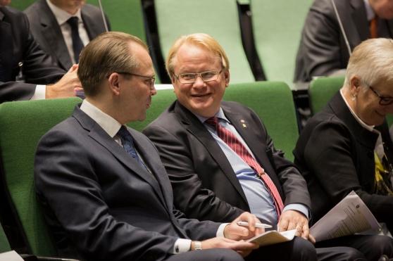 Försvarsministrarna Jussi Niinistö och Peter Hultqvist under Hanating. Niinistö sa under sitt anförande att han under de senaste åren träffat Hultqvist oftare än sina egna föräldrar. Foto: Jakke Nikkarinen / Hanaholmen.