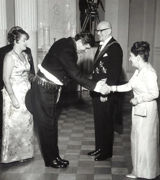 Itsenäisyyspäivän vastaanotto 1965. Kuvassa Urho Kekkosen vaimo Sylvi Kekkonen kättelee näyttelijä Tarmo Mannia. Kuva: Wikimedia Commons.