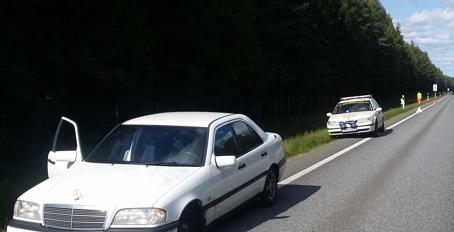 Här syns i bakgrunden Samaritbilen som varnar med ljusramp och säkrar upp olyckplats i väntan på bärgare vid en bilolycka 4 juni.