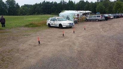 Samaritbilen i förgrunden. Fordonet har även VolunteerPower Swedens logotyp på sidorna då vi stöder verksamheten.