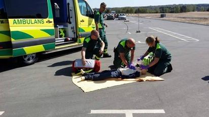 Ambulansen visar upp sjukvårdsinsats (Riksettanrallyt).