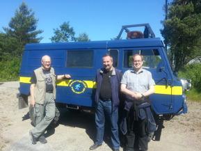 Två eldsjälar från FRG Härryda, FRG-ansvariga Olav Elieson (vänster] och Lennart Palm (mitten), med Patrik Vuorio från VolunteerPower Sweden framför en av gruppens fordon, en terrängbil typ TGB 11.