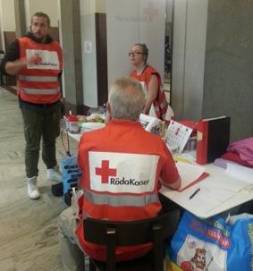 Funktionärer från Röda Korset i arbete på Stockholms central.