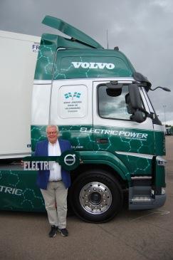 Ulf Jönsson framför nya helelektriska lastbilen