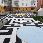 asfaltsfärg målad asfalt på innergård i Uppsala