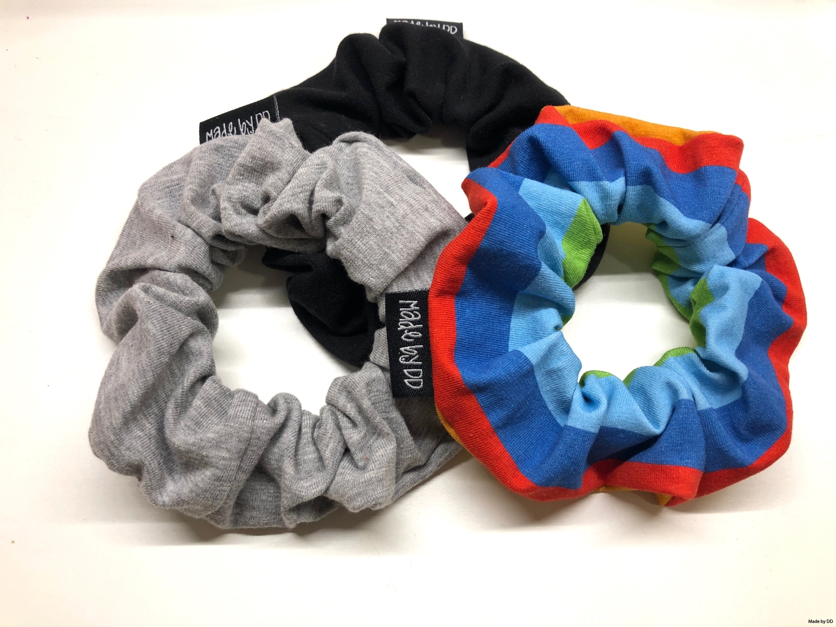 Scrunchies Made by DD grå regnbåge svart ekologisk