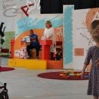 Päivi har sångstund med barnen